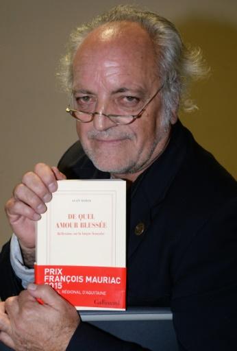 """L'écrivain Alain Borer reçoit le Prix François Mauriac pour son livre """"De quel amour blessée"""", le 16 octobre 2015 à Bordeaux © MEHDI FEDOUACH AFP"""