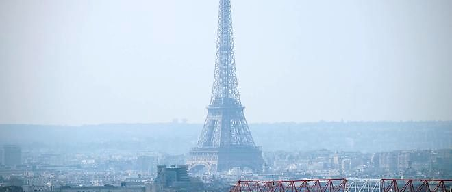 Vue de la tour Eiffel dans un nuage de pollution.