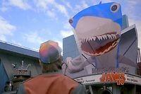 Marty devant un hologramme publicitaire vantant l'épisode 19 des