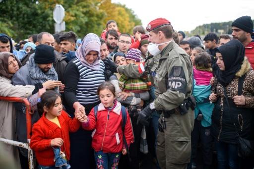 Migrants et réfugiés à le 20 octobre 2015 à Sentilj à la frontière entre la Slovénie et l'Autriche © Jure Makovec AFP