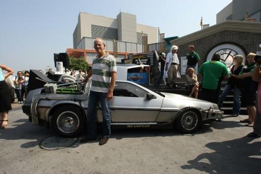 """L'acteur américain Christopher Lloyd devant une DeLorean du film """"Retour vers le futur"""", le 2 août 2007 aux Studios Universal, en Californie © Robyn Beck AFP/Archives"""