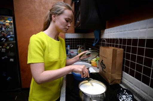 Photo prise le 2 octobre 2015 d'une femme préparant sa mozzarella chez elle, à Moscou © Vasily Maximov AFP