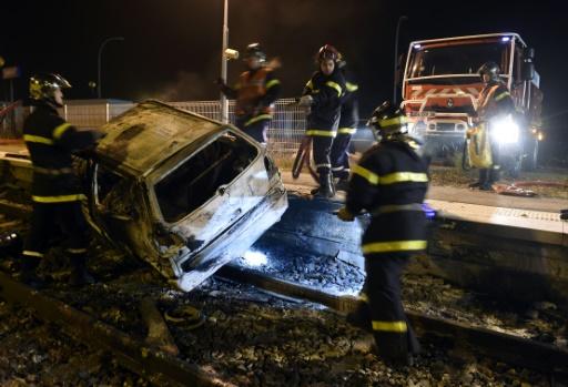 Véhicule incendié sur la voie ferrée le 20 octobre 2015 à Moirans près de Grenoble © PHILIPPE DESMAZES AFP