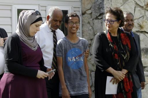 Le collégien Ahmed Mohamed accompagné par son père Mohamed Elhassan Mohamed, le 16 septembre 2015 à Irving, au Texas © Ben Torres Getty/AFP/Archives