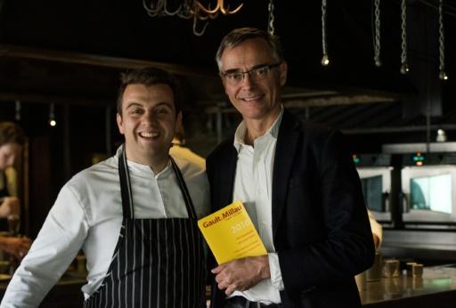 Le chef du restaurant La Grenouillère Alexandre Gauthier pose avec le directeur du Gault et Millau, le 16 octobre 2015 © DENIS CHARLET AFP
