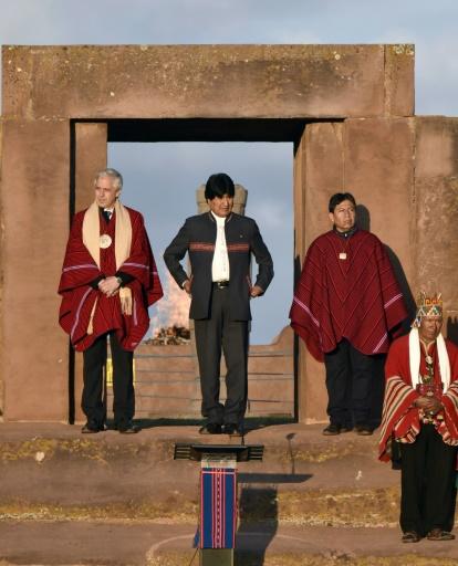 Le président bolivien, Evo Morales (c), dans les ruines de Tiwanaku, à 70 km de La Paz, le 21 octobre 2015 © AIZAR RALDES AFP