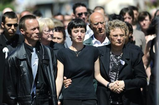 Jessica Perrais (c), et son frère Franck (g), après les funérailles de Laetitia à La Bernerie-en-Retz le 25 juin 2011 © JEAN-SEBASTIEN EVRARD AFP/Archives