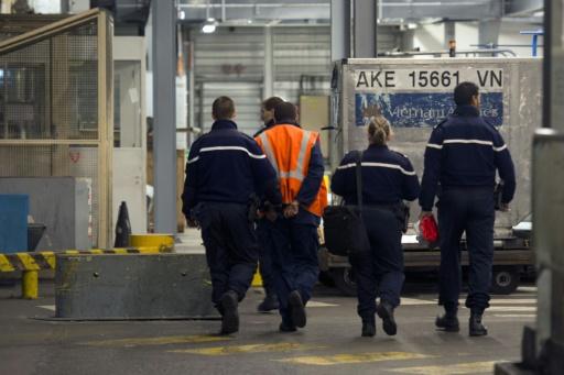 Les gendarmes arrêtent un bagagiste suspecté de vols, à Roissy le 28 novembre 2012 © Fred Dufour AFP/Archives