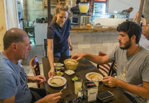 Des clients mangent au Hummus Bar à Kfar Vitkin au nord de Tel-Aviv, le 21 octobre 2015 © JACK GUEZ AFP
