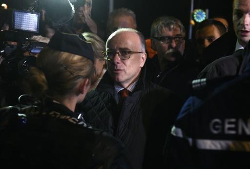 """Le ministre de l'Intérieur Bernard Cazeneuve à Moirans, en provenance de Calais où il a visité la """"jungle"""", le 21 octobre 2015 © PHILIPPE DESMAZES AFP"""