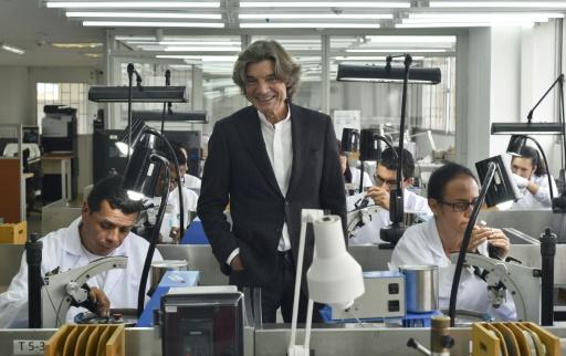 Corentin Quideau, directeur de la marque des émeraude de Muzo, dans l'atelier de l'entreprise, le 16 octobre 2015 à Bogota, en Colombie © LUIS ACOSTA AFP