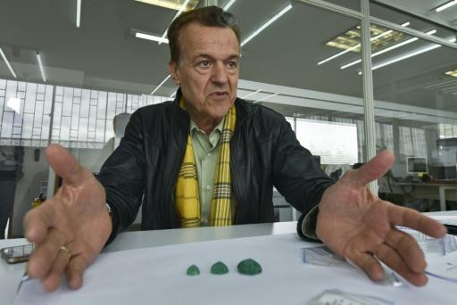 Ronald Ringsrud, expert américain en émeraudes, lors d'une interview dans les ateliers de la marque Muzo à Bogota, le 16 octobre 2015 en Colombie © LUIS ACOSTA AFP