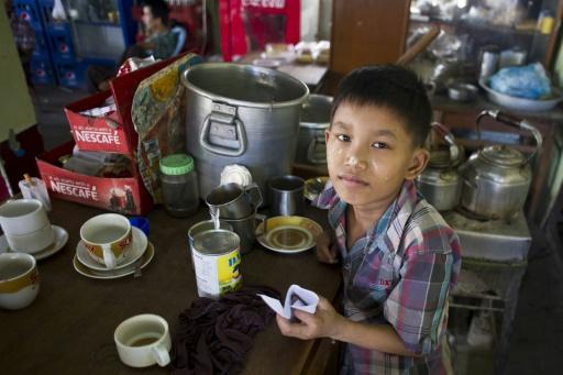 Saw Paing Htway, 11 ans, travaille dans un café populaire (teashop) dans la banlieue de Rangoun, le 21 octobre 2015 © Ye Aung Thu AFP