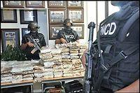 La DNCD, l'agence anti-drogue dominicaine, pose devant la presse avec les pains de cocaïne qu'elle dit avoir saisis dans le Falcon 50 intercepté à Punta Cana, le 19 mars 2013.