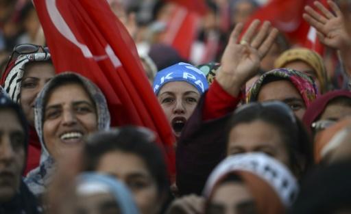 Des femmes turques lors d'un meeting électoral du Premier ministre Ahmet Davutoglu (AKP) le 27 octobre 2015 à Antalya © BULENT KILIC AFP