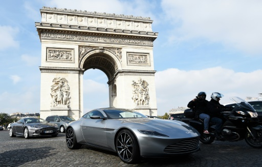 """L'Aston Martin DB10, voiture de James Bond dans le prochain film """"Spectre"""", avec d'autres Aston Martin sur les Champs Elysées à paris, le 11 octobre 2015 © Alain Jocard AFP/Archives"""