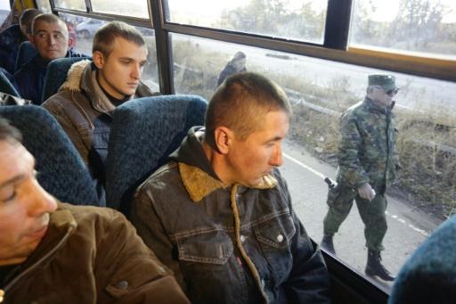Des rebelles prorusses surveillent un bus de militaires ukrainiens, avant leur échange contre des prisonniers prorusses à Chtchastia, dans l'est de l'Ukraine, le 29 octobre 2015 © ALEKSEY FILIPPOV AFP