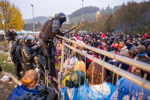 Forces de police slovène à la frontière entre l'Autriche et la Slovénie, le 29 octobre 2015 © Rene Gomolj AFP