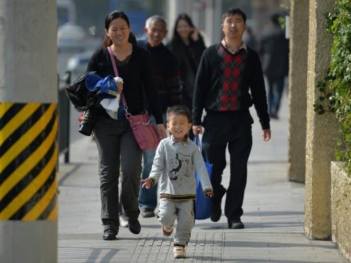 Un enfant unique marche devant ses parents et grands-parents dans une rue de Shanghai le 16 novembre 2013 © Peter Parks AFP/Archives