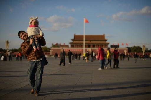 Un homme et son fils sur la place Tienanmen à Pékin le 17 novembre 2013 © Ed Jones AFP/Archives