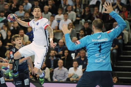 Le gardien de Montpellier Vincent Gérard face au joueur du PSG Samuel Honrubia lors du match de championnat de France entre les deux équipes, le 29 octobre 2015 à Montpellier © SYLVAIN THOMAS AFP