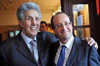 Le député François Hollande, en voyage en Algérie en décembre 2010, pose avec l'ancien président algérien Ahmed Ben Bella. ©FAYEZ NURELDINE