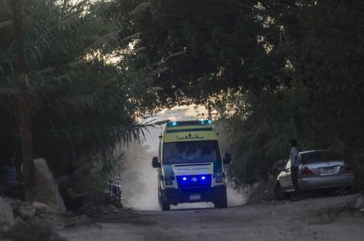 Une ambulance égyptienne arrive à la base militaire de Kabret dans le Sinaï le 31 octobre 2015, zone où l'avion russe s'est écrasé faisant 224 morts © KHALED DESOUKI AFP