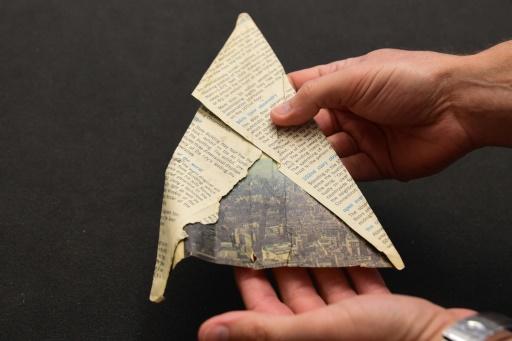 Un avion de papier de 1968 faisant partie de la collection Harry Smith Papers à l'institut de recherche Getty à Los Angeles, le 27 octobre 2015 © FREDERIC J. BROWN AFP