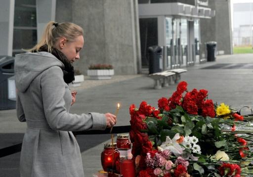 Une femme apporte des fleurs à l'aéroport Poulkovo de St-Pétersbourg le 1er novembre 2015 en hommage aux victimes du crash © OLGA MALTSEVA AFP