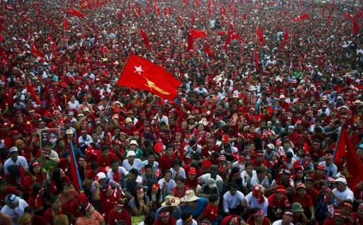 Des milliers de partisans de l'opposante birmane Aung San Suu Kyi rassemblés à Rangoun, le 1er novembre 2015 © Ye Aung Thu AFP