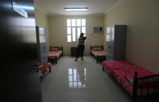 """Une chambre de quatre lits à la """"Labour City"""", le 3 mai 2015 à Doha, une cité-dortoir destinée à héberger près de 70.000 travailleurs étrangers en vue du Mondial-2022 de football au Qatar © Marwan Naamani AFP"""