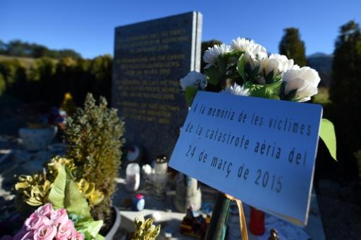 Une stèle à la mémoire des victimes du crash de l'avion de la Germanwings en mars dernier, le 1er novembre 2015 près du village du Vernet © BORIS HORVAT AFP