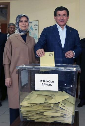 Photo fournie par les services du Premier ministre turc montrant Ahmet Davutoglu voter à Konya, accompagné par sa femme Sara le 1er novembre 2015 © Hakan Goktepe PRIME MINISTER OFFICE/AFP