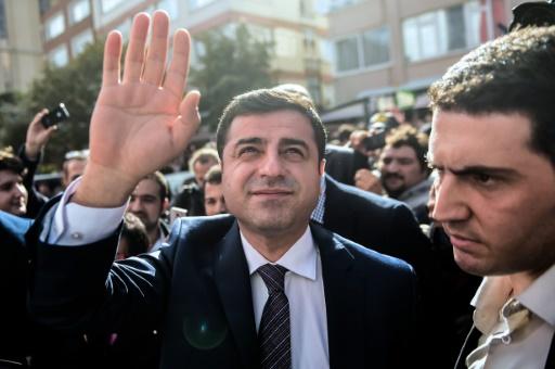 Selahattin Demirtas (C), chef du parti pro-kurde à Istanbul le 28 octobre 2015 © Ozan Kose AFP/Archives