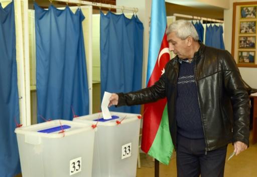 Un homme dépose dans l'urne son bulletin de vote lors des élections législatives, le 1er novembre 2015 à Bakou, en Azerbaïdjan © TOFIK BABAYEV AFP