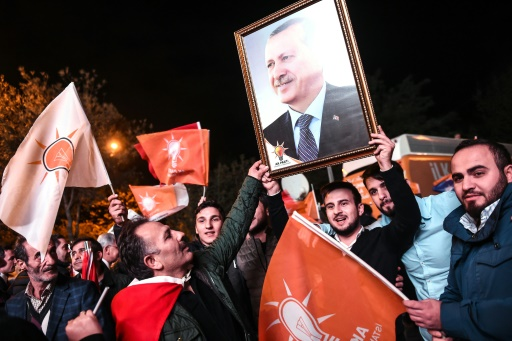 Des partisans brandissent un portrait du président turc Recep Tayyip Erdogan alors qu'ils célèbrent la victoire du parti AKP aux législatives, le 1er novembre 2015 à Istanbul © OZAN KOSE AFP