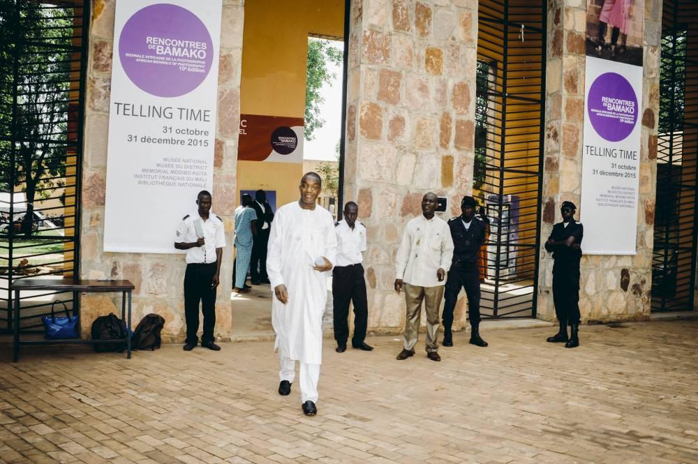 """Samuel Sidibé, délégué général de la Biennale et directeur du Musée national du Mali où se tient l'exposition panafricaine """"Telling time"""".  ©  Emmanuel Bakary Daou/REA"""
