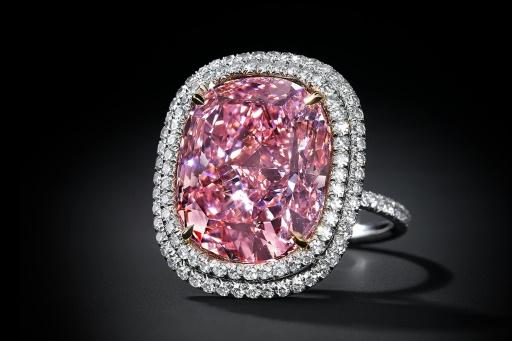 Un diamant rose vendu par Christie's présenté le 25 septembre 2015 © Handout CHRISTIE'S/AFP