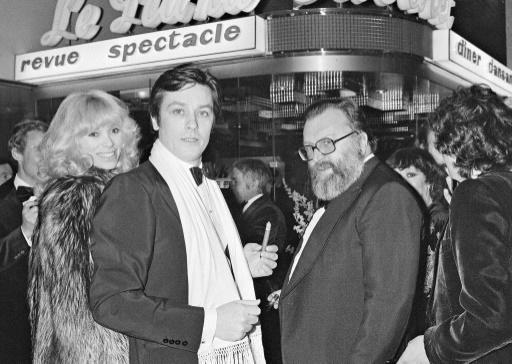 Alain Delon entouré de Mireille Darc et Sergio Leone à Nice le 15 janvier 1977 ©  AFP/Archives