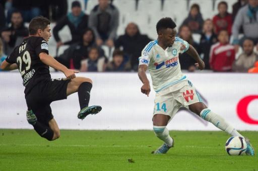Le milieu de Marseille Georges-Kevin Nkoudou (d) à la lutte avec le Niçois Jérémy Pied, le 8 novembre 2015 au Stade Vélodrome © Bertrand Langlois AFP