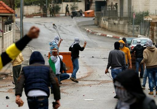 Des Palestiniens lancent des pierres lors d'affrontements avec l'armée israélienne dans la ville de Al-Bireh près de la colonie israélienne Psagot, qui jouxte Ramallah, le 6 novembre 2015 © ABBAS MOMANI AFP
