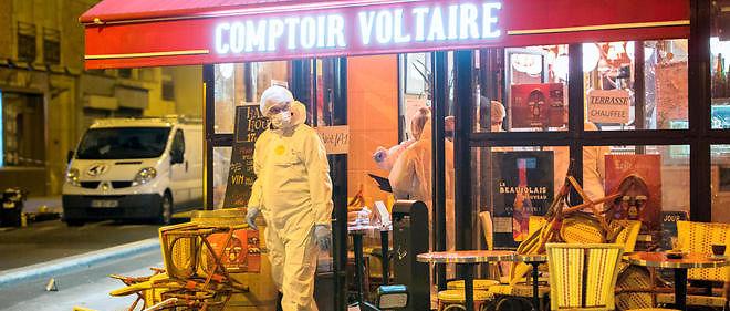 Des policiers recueillent des preuves au Comptoir Voltaire, au 253 boulevard Voltaire, dans le 11e arrondissement de Paris, dans la nuit du 13 au 14 novembre.