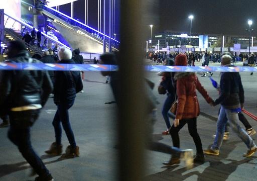 Des spectateurs quittent le stade France à Saint-Denis dans la banlieue parisienne après le match de amical de football France-Allemagne, le 13 novembre 2015 © FRANCK FIFE AFP