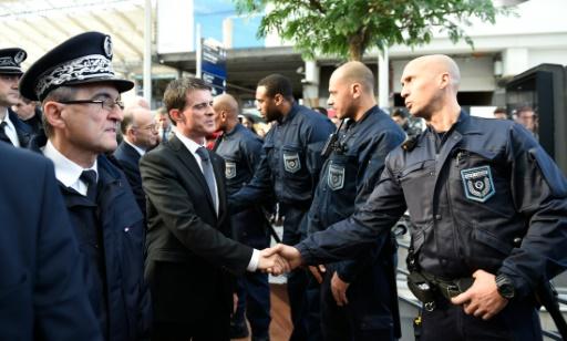 Le Premier ministre Manuel Valls salue des policiers et des membres de la sécurité de la RATP à la gare du Nord, le 15 novembre 2015 à Paris © ERIC FEFERBERG AFP