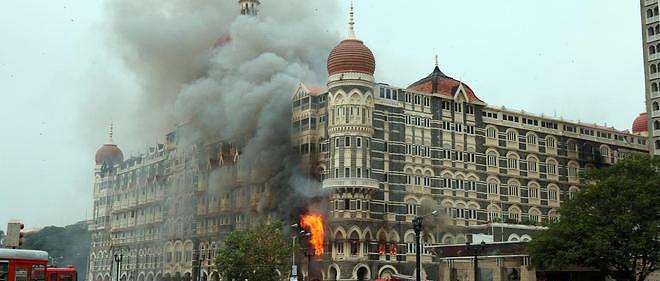 L'hôtel Taj Mahal en flammes, le 29 novembre 2008, après avoir été pris d'assaut par des militants islamistes pakistanais.