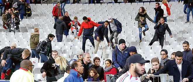 """""""Pas de panique, gardez votre calme."""" Le speaker du Stade de France tente de rassurer les spectateurs, qui vont se réfugier sur la pelouse."""