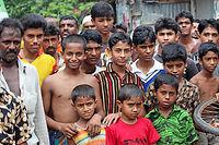 Le Bangladesh est l'un des pays les plus densément peuplés du monde, avec  1 100 habitants par km², soit 10 fois plus qu'en France (ce qui  équivaudrait à 650 millions d'habitants en France).