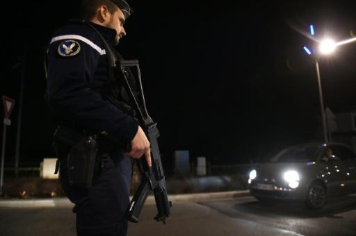 Un gendarme armé le 19 novembre 2015 à Divonne-les-Bains près de la frontière entre la Suisse et la France © PHILIPPE DESMAZES AFP