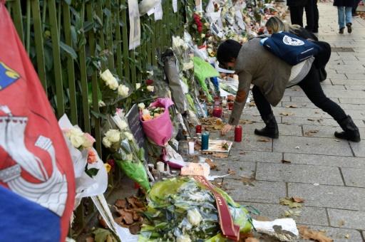 Des Parisiens déposent des fleurs devant le Bataclan à Paris le 18 novembre 2015 © DOMINIQUE FAGET AFP