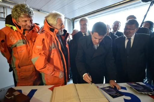 Manuel Valls (C) rencontre les bénévoles de la SNSM à Boulogne-sur-Mer, le 22 octobre 2015 © PHILIPPE HUGUEN AFP/Archives